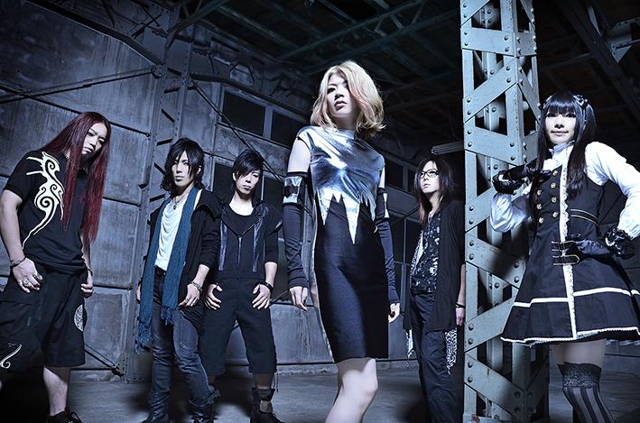 L→R RYO(Ba&Vo)、G.S.R(Gu&Cho)、GAMI(Dr)、KiKi(Vo)、MAKOTO(VJ、Manupilator)、RYU(Gu&Songwriting)