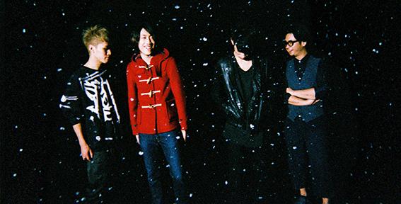 L→R 橋本佳紀(Ba)、竹縄航太(Vo&Gu&Piano)、黒木健志(Gu)、岩野 亨(Dr)