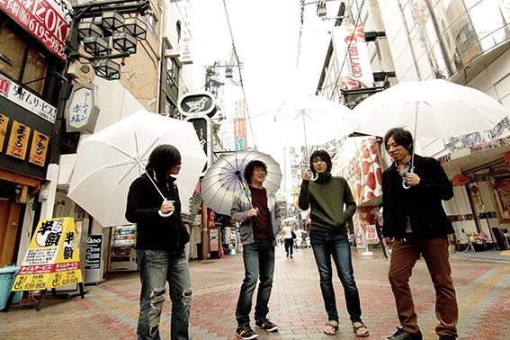 L→R 篠塚将行(Vo&Gu)、菅澤智史(Gu)、琢磨章悟(Ba)、栗原則雄(Dr)