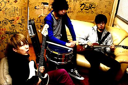L→R 村井義弥(Vo&Ba)、佐藤祐輔(Dr&Cho)、佐藤直哉(Gu&Cho)