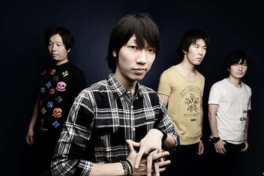 L→R AKIHIKO(Dr&Cho)、KEIT(Vo&Gu)、TOHRU(Ba&Cho)、MAHIRO(Gu&Cho)
