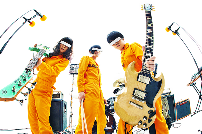 L→R フミ(Ba&Synthesizer&Vo)、ヤノ(Dr&Vo)、ハヤシ (Gu&Vo&Synthesizer&Programming)