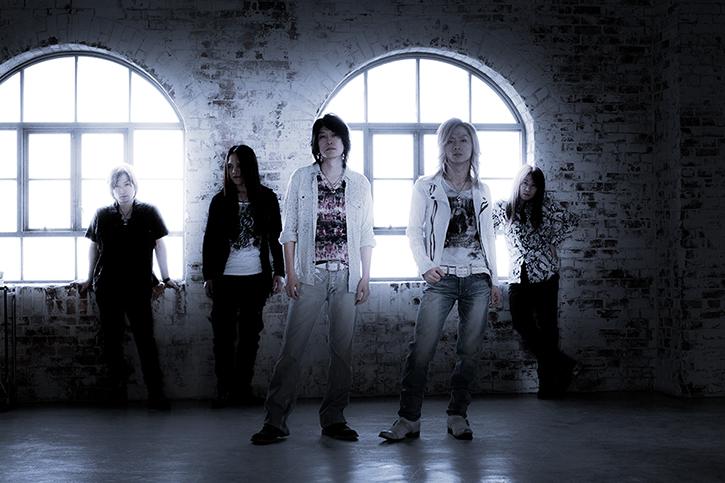 "L→R Jun-ich(i Dr)、TAKA(Ba)、Masatoshi"" SHO"" Ono(Vo)、Syu(Gu)、YUHKI(Key)"