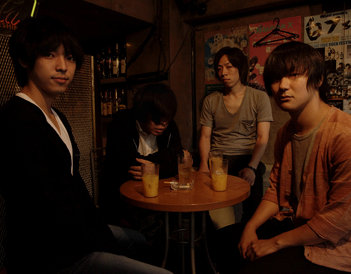 L→R 琢磨章悟(Ba)、篠塚将行(Vo&Gu)、栗原則雄(Dr)、菅澤智史(Gu)