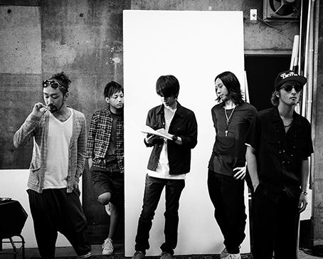 L→R RYO(Vox)、HIROKI(Vox)、NAOTO(Gu)、YOH(Ba)、YAMATO(Vox)