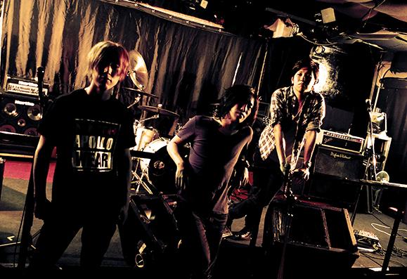 L→R amimo(Dr)、松尾昭彦(Vo&Ba)、ナカハラコウタ(Gu)