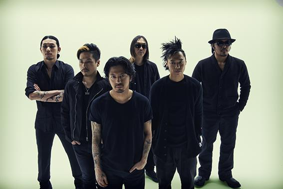 L→R ATSUSHI(Dancer)、桜井 誠(Dr)、Kj(Vo&Gu)、 HIROKI(Gu)、DRI-V(Dancer)、BOTS(Turntable)