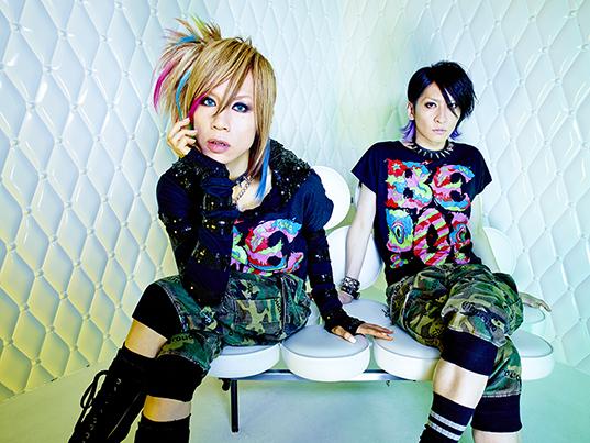 L→R maya(Vo)、Aiji(Gu)