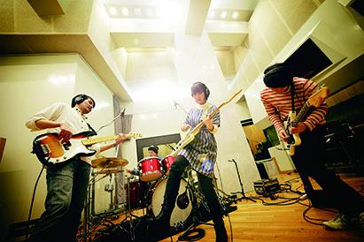 L→R スズキヒサシ(Ba)、荒内 塁(Dr)、松木智恵子(Vo&Gu)、岡田慎二郎(Gu)