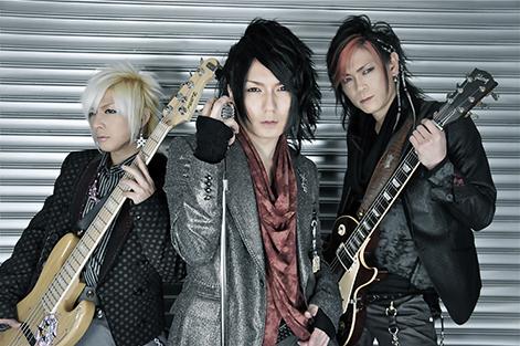 L→R KURO(Ba)、MASA(Vo)、YUK(I Gu)