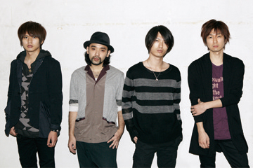 L→R 対馬祥太郎(Dr)、坂倉心悟(Ba)、古村大介(Gu)、光村龍哉(Vo&Gu)
