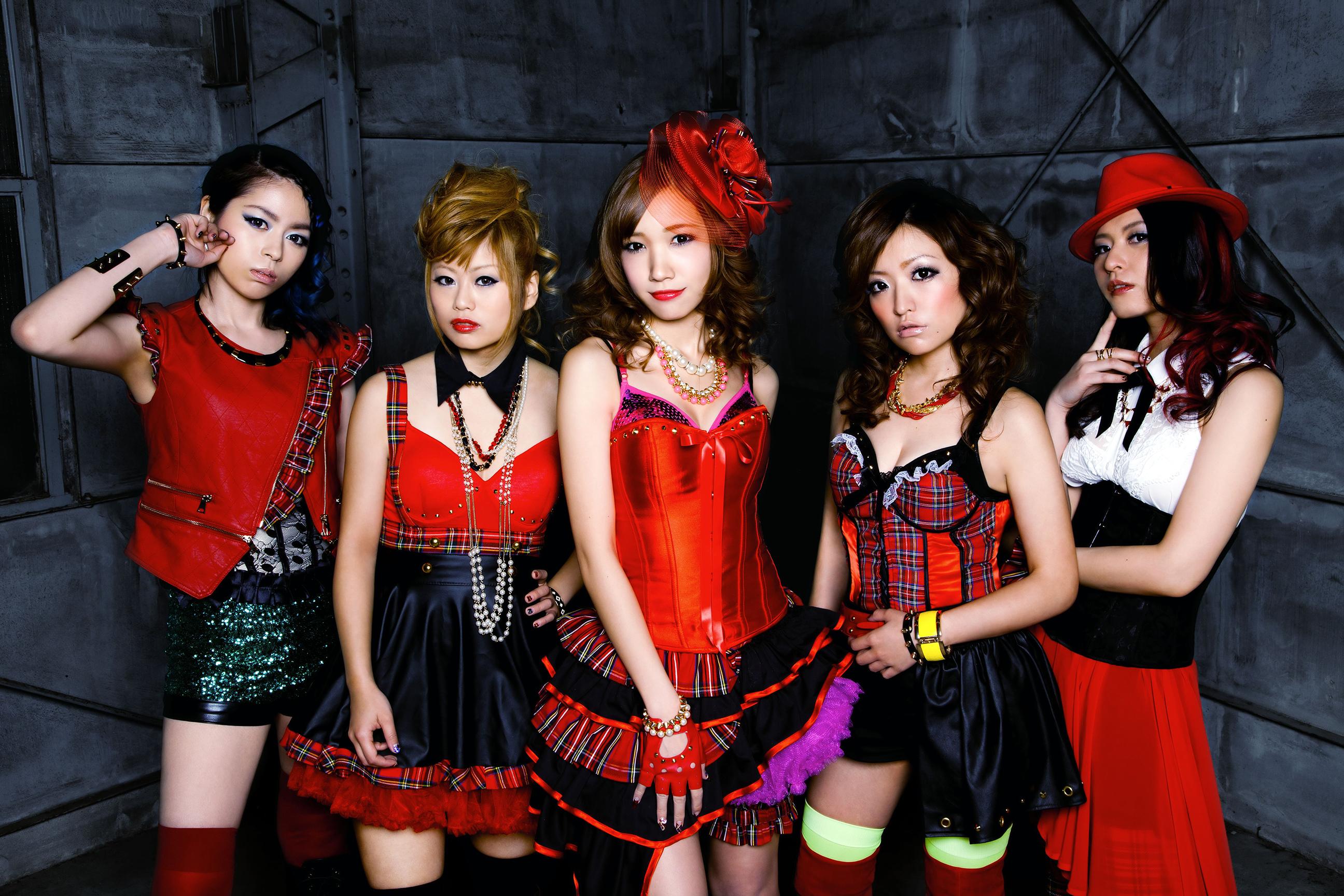 L→R AYANO(Key&Pf&Cho)、AZU(Ba&Cho)、 SAKI(Vo)、YUI(Gu&Cho)、KANOKO(Dr&Per&Cho)