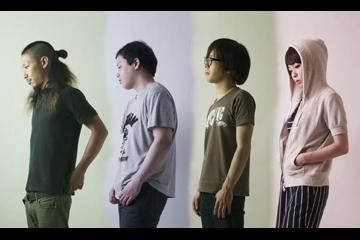 L→R 竹内マメ(Gu)、東川平翔大(Dr)、阿部飛鳥(Ba)、伊藤里奈(Vo&Gu)
