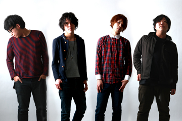 L→R Shoutarou Naka(Dr)、Yuusuke Nakamura(Vo&Gu)、Yoshiyuki Uetani(Vo&Gu)、Atsushi Tsuboi(Ba&Cho)