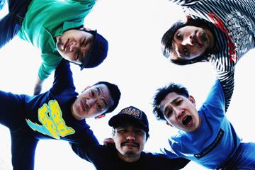 L→R 一成(Vo)、K-zoo(Ba)、サブ(Dr)、tommy(Vo)、Wakai(Gu)