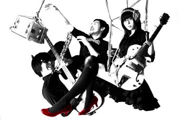 L→R デミ(Ba&Cho)、えーぽん(Dr&MC)、菊(Vo&Gu)