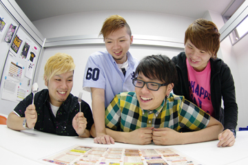 L→R TAKA-C(Ba&Cho)、YASUO(Dr)、KOIKE(Vo)、KENTA(Gu&Vo)