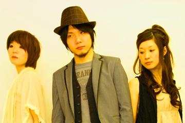 L→R 大谷めぐ(Dr)、白江宗司(Vo&Gu)、野崎寿美(Ba)