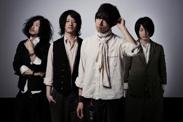 L→R 庄村聡泰(Dr)、磯部寛之(Ba&Cho)、川上洋平(Vo&Gu)、白井眞輝(Gu&Cho)