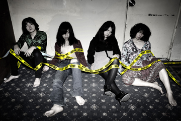 L→R  与那城哉斗(Ba)、関田 諒(Gu&Vo)、<br>いすゞ(Gu)、柳田遊寿(Dr)