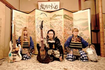 L→R junko(Ba)、大澤敦史(Gu)、河本あす香(Dr)
