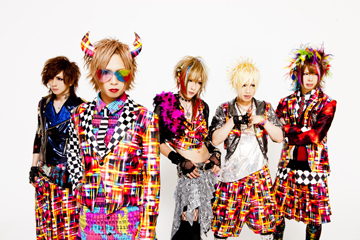 L→R Daisuke(Gu)、HIKARU.(Vo)、Takashi(Gu)、Takeshi(Dr)、Kouichi(Ba)