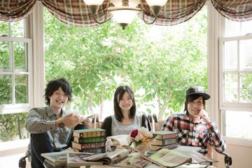 L→R Junpei(Dr&Cho)、Misaki(Vo&Gu)、Hiromu(Ba&Cho)
