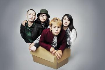 L→R KO-01(Ba&Cho)、KENSAKU(Dr)、TAKUYA(Vo&Gu)、JUNYA(Gu&Cho)