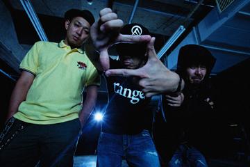 L→R NAOKI(B&Vo)、TAKUMA(G&Vo)、KOUICHI(Dr&Cho)