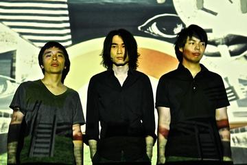 L→R kawamura yuji(Dr)、yamamoto akihito(Vo&Gu)、tomita shunsuke(Ba)