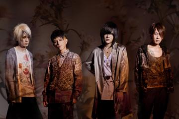 L→R 長谷川 正(Ba)、佐藤ケンケン(Dr)、有村竜太朗(Vo)、ナカヤマアキラ(Gu)