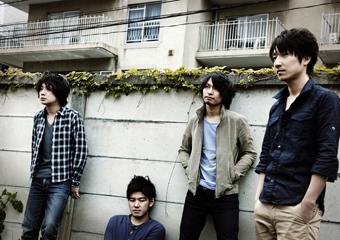 L→R 小浦哲郎(Dr)、藤岡慶行(Ba)、安田聡士(Gu)、井上朝陽(Vo&Gu)
