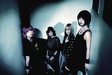 L→R ユウミ(Dr&Cho)、サヤカ(Ba&Cho)、ユウコ(Gu&Cho)、サチコ(Vo&Gu)