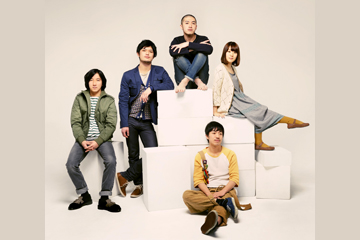 L→R 服部ケンジ(ドラムス)、谷崎航大(バイオリン)、金田康平(歌手)、おかもとえみ(ベース)、ツネ・モリサワ(キーボード)