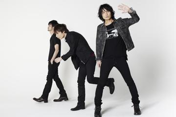 L→R 森田ケーサク(Dr)、赤塚ヤスシ(Ba)、氏原ワタル(Vo&Gu)