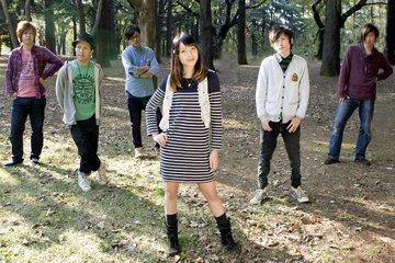 L→R 83(Ba)、YU-ICHI(Gu)、hikoyan(Dr)、ap.(Vo)、DELARYOTA(Vo)、maru(DJ)