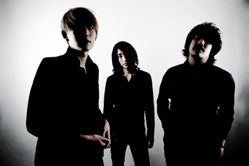 L→R 小林要司(Vo&Gu)、田中秀作(Dr)、小林賢司(Ba)