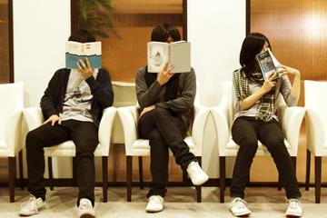 L→R 宮田佳征(Dr&Cho)、堤 俊博(Vo&Gu)、和田奈裕子(Ba&Cho)