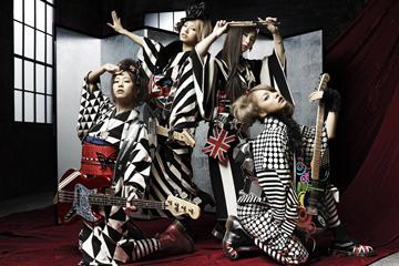 L→R TOMOMI(Ba&Vo)、HARUNA(Vo&Gu)、RINA(Dr&Vo)、MAMI(Gu&Vo)