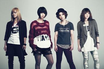 L→R ユウコ(Gu&Cho)、サチコ(Vo&Gu)、ユウミ(Dr&Cho)、サヤカ(Ba&Cho)