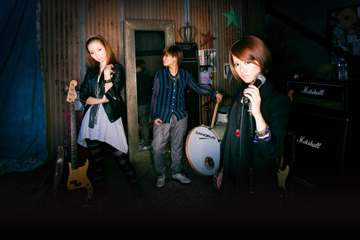L→R NOHANA(Ba)、SHIHO(Dr)、AIMI(Vo&Gu)