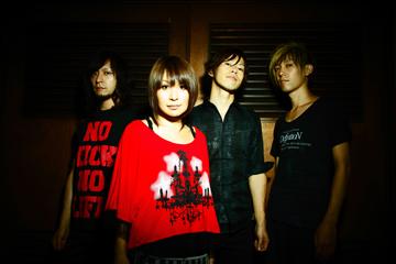 L→R トモ(Gu&Vo)、マイコ(Vo&Piano)、みづき(Dr&Cho)、イノ(Ba&Cho)