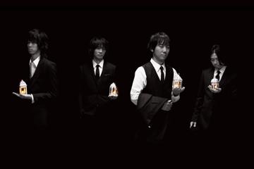 L→R 増川弘明(Gu)、藤原基央(Vo&Gu)、升 秀夫(Dr)、直井由文(Ba)