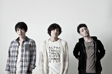 L→R 福島 有(Dr&Vo)、上里洋志(Gu&Vo)、岡村健人(Ba&Vo)