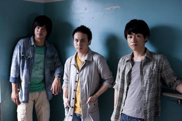 L→R 河添将志(Dr)、 工藤圭一(Vo&Gu)、伊藤建太郎(Gu)