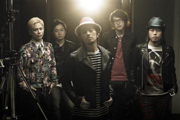 L→R 豊田ヒロユキ(Gu&Cho)、河原 真(Electric&Acoustic Ba)、山森大輔(Vo&Gu)、畠山拓也(Trombone&Key)、オータケハヤト(Dr)