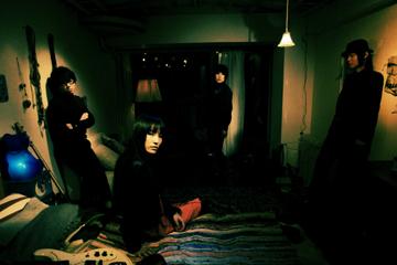 L→R Shikichin(Ba)、Sally#Cinnamon(Vo&Gu)、Mika(Dr)、Tomoya.S(Gu)
