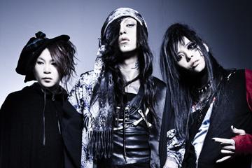 L→R O-JIRO(Dr)、HAKUEI(Vo)、千聖(Gu)