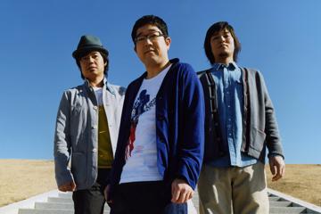 L→R 近藤洋一(ベースとコーラス)、山口 隆(唄とギター)、木内泰史(ドラムスとコーラス)