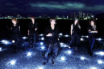 L→R 彩雨(Key)、燿(Ba)、苑(Vo)、悠(Dr)、Anzi(Gu)